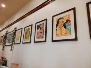 壁にはハワイを思わせる絵が並びます