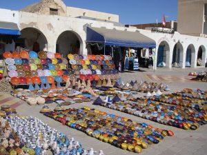 チュニジア陶器。町を歩くとこういった光景が見られます