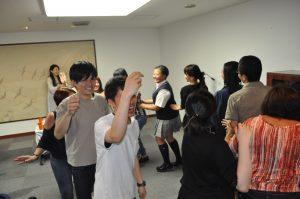 輪になって周り続けます!みんなが一つになった瞬間です踊りに決まりがないから参加しやすい!