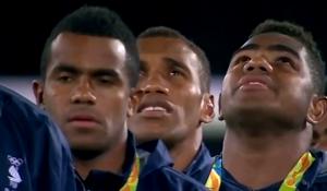 国歌を堂々と歌う選手たち