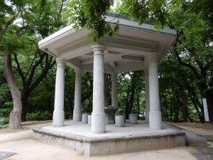昔からこの地が浄水場だった事を伝える史跡が園内にある