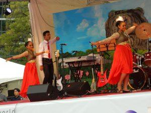 少数派タミル人の踊りも