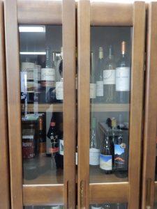 大使館内にワインが並ぶ棚があります。日本で販売されているものの、まだまだ知られていないチリワインがたくさん