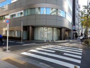 白金台から来た方は建物直前にある左にある道になります
