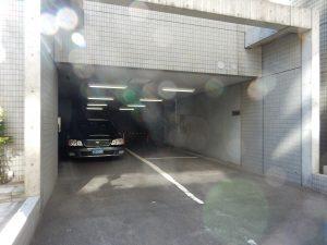 このガレージの右側に扉があります