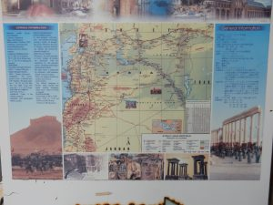 看板にはシリアの概要が書かれている