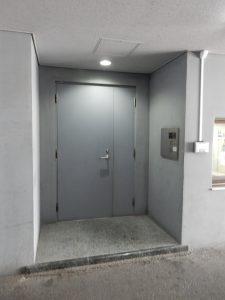 この扉です