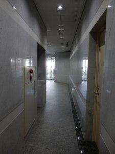 この先にエレベーターホール