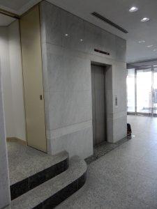 手前の階段ではなくエレベーターをご利用ください